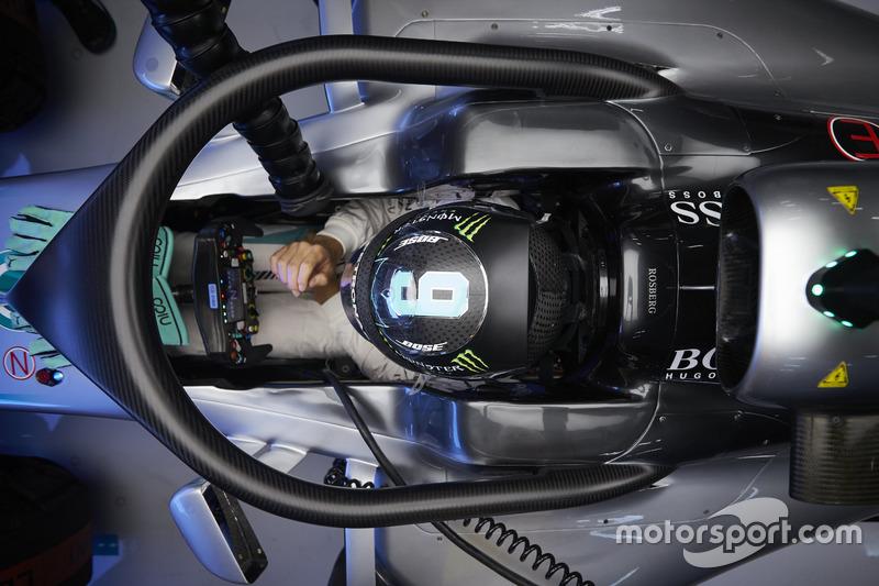 3. Nico Rosberg, Mercedes AMG F1 W07 Hybrid con la cubierta de la cabina Halo