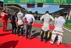(L naar R): Nico Hulkenberg, Sahara Force India F1; Romain Grosjean, Haas F1 Team; Jolyon Palmer, Renault Sport F1 Team; en Pascal Wehrlein, Manor Racing, bij het volkslied