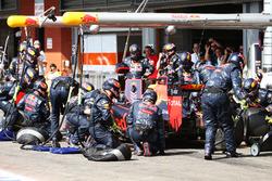 Daniel Ricciardo, Red Bull Racing RB12 hace una parada en boxes