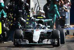 Nico Rosberg, Mercedes AMG F1 W07 Hybrid hace una parada en boxes
