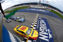 Start: Joey Logano, Team Penske Ford leads