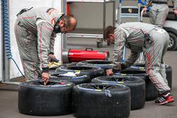 Porsche crew preparing tires