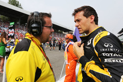 Jolyon Palmer, Renault Sport F1 Team with Julien Simon-Chautemps, Renault Sport F1 Team Race Engineer on the grid