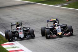 Jenson Button, McLaren und Carlos Sainz Jr., Scuderia Toro Rosso STR11