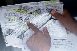 Enrique Scalabroni, Christian Horner'a kafa koruma tasarımını gösteriyor