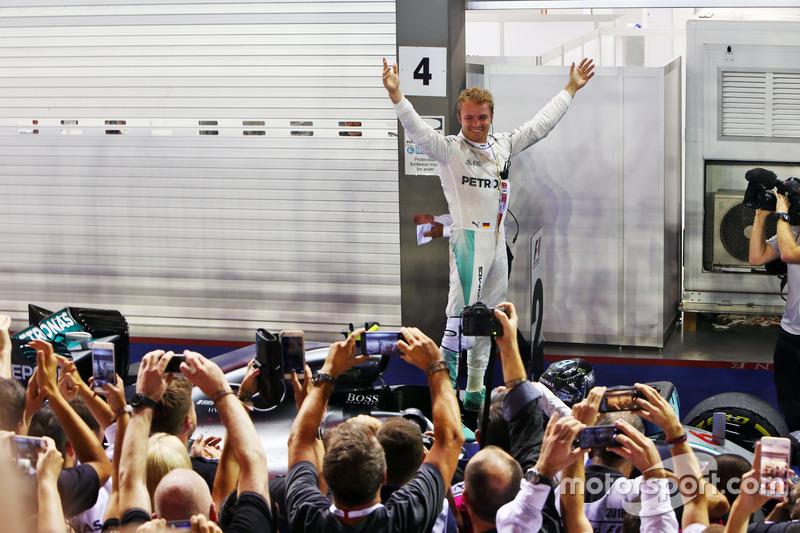 Rosberg celebra la 14ª victoria de Mercedes en 2016 en Singapur
