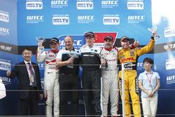 Podium: Sieger Thed Björk, Polestar Cyan Racing, Volvo S60 Polestar TC1; 2. Norbert Michelisz, Honda Racing Team JAS, Honda Civic WTCC0 ;3. Yvan Muller, Citroën C-Elysee WTCC, Citroën World Touring Car Team
