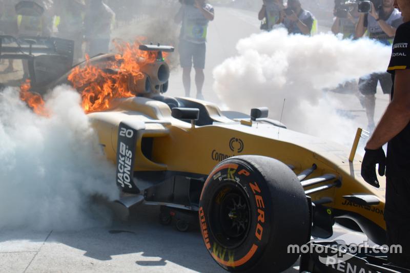 Feuer am Auto von Kevin Magnussen