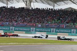 Lewis Hamilton, Mercedes AMG F1 W07 Hybrid líder al inicio de la carrera mientras Nico Rosberg, Mercedes AMG F1 W07 Hybrid y Sebastian Vettel, Ferrari SF16-H colisionan