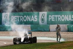 Льюіс Хемілтон, Mercedes AMG F1 W07 Hybrid сходить з гонки