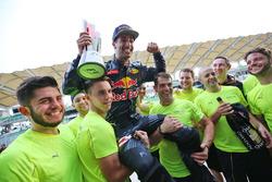 Переможець гонки Даніель Ріккардо, Red Bull Racing святкує разом із командою