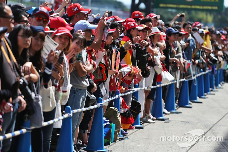 Fans en el pit lane