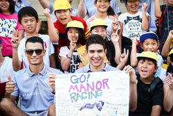 (L n. R): Pascal Wehrlein, Manor Racing und Esteban Ocon, Manor Racing mit jungen Fans
