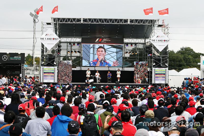 Такума Сато на сцені перед фанатами
