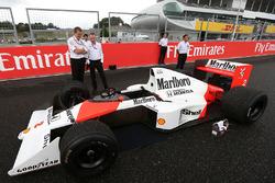 Paddy Lowe, Director Ejecutivo de Mercedes AMG F1, Stoffel Vandoorne, tercer piloto, unidades del McLaren F1 Team el McLaren MP4/5 de 1989 de Alain Prost