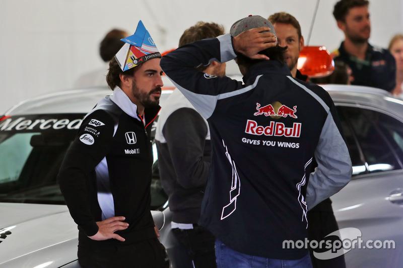 Fernando Alonso, McLaren con Carlos Sainz, Scuderia Toro Rosso en el desfile de pilotos