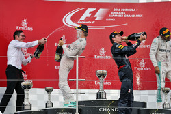 Podium: Andrew Shovlin, Mercedes, mit 1. Nico Rosberg, Mercedes AMG F1; 2. Max Verstappen, Red Bull Racing; 3. Lewis Hamilton, Mercedes AMG F1