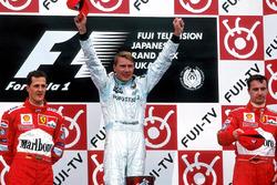Podium: 1. und Weltmeister Mika Häkkinen, McLaren Mercedes, 2. Michael Schumacher, Ferrari, 3. Eddie Irvine, Ferrari