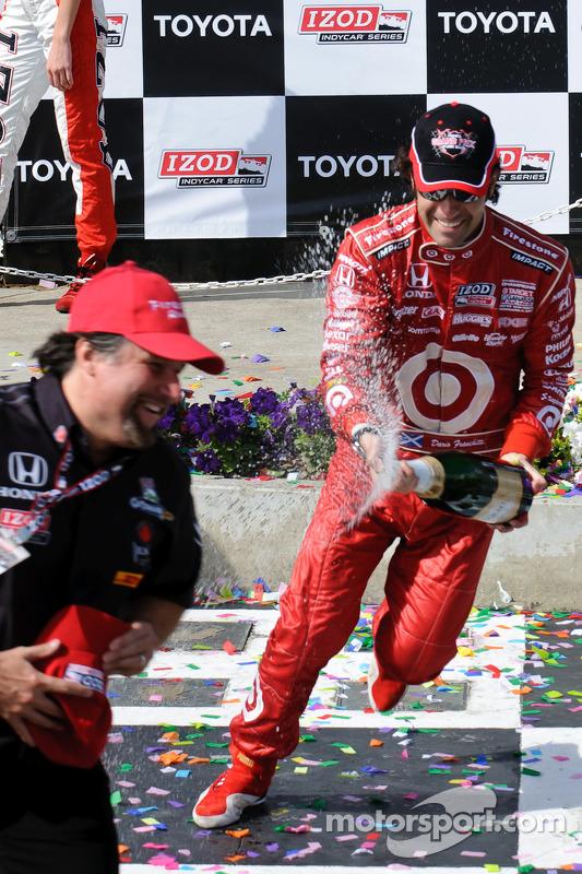 Dario Franchitti en Michael Andretti met champagne