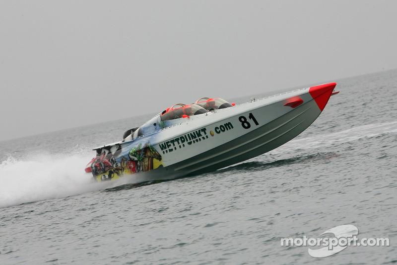 Première séance d'essai de Powerboat: Katherine Legge pilote le bâteau Wettpunkt