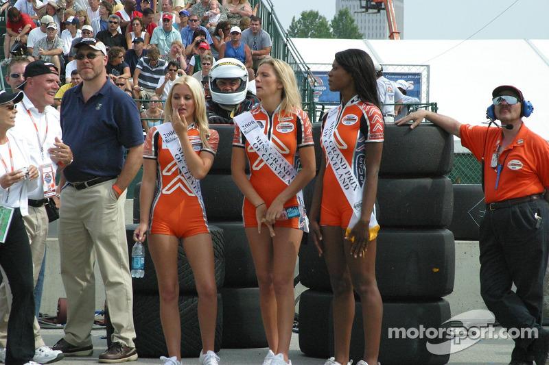 Miss Grand Prix et ses dauphines attendent la fin de la course