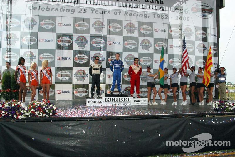 Podium: le vainqueur de la course A.J. Allmendinger avec Bruno Junqueira et Oriol Servia