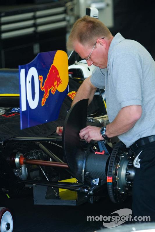 Mécanicien RuSPORT travaille sur la voiture #10 de A.J. Allmendinger