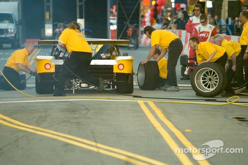 Equipe Doran Racing à l'arrêt au stand