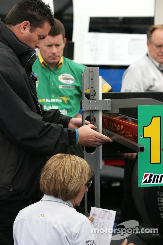 Des employés de Champ Car au travail