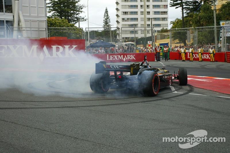 Nelson Philippe effectue des donuts pour célébrer sa victoire à l'édition 2006 du Lexmark Indy 300