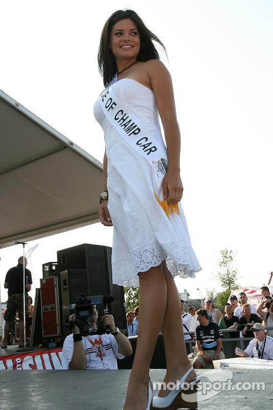 La gagnante de Miss Grand Prix 2005 de Toronto et le visage de Champ Car Breti Latimer