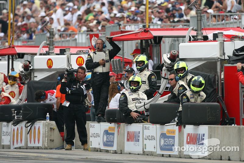 Des membres de l'équipe Newman Haas Racing attendent le prochain arrêt au stand