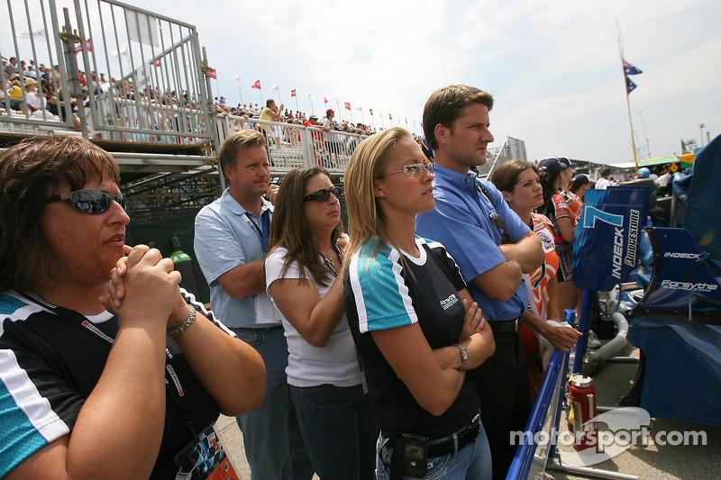 Ambiance dans le stand d'A.J. Allmendinger à la fin de la course