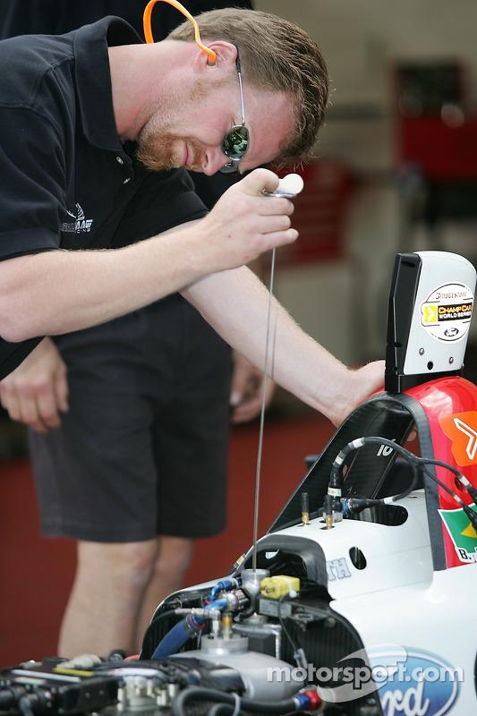 Un membre de l'équipe Newman Haas Racing au travail