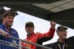 Bryan Herta salutes the winning crew members of Dan Wheldon