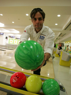 Indy drivers bowling competition: Vitor Meira