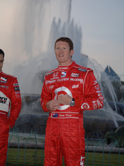 2006 IndyCar Series championship contenders photoshoot in Chicago: Scott Dixon