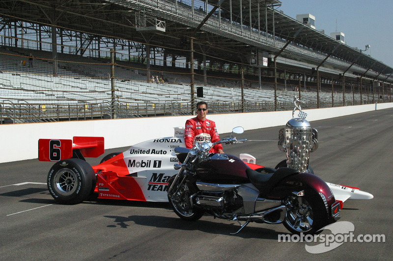 Sam Hornish Jr. Admire la nouvelle moto Honda