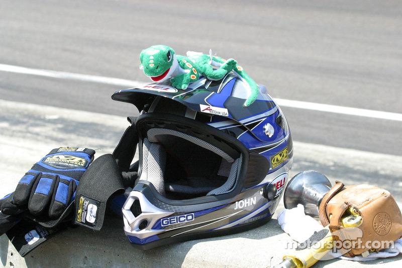 Un gecko est assis sur le casque de l'équipe Geico Team