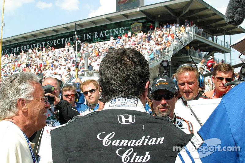 Michael Andretti parle avec Dario Franchitti après la course