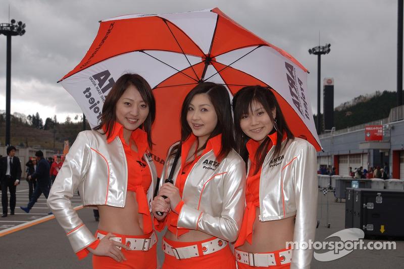 De jolies jeunes femmes avec des parapluies