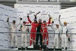 LMGTE pro podium: winnaars Giancarlo Fisichella en Gianmaria Bruni, 2de Dominik Farnbacher en Allan Simonsen, 3de Andy Priaulx en Uwe Alzen