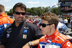 Marco and Michael Andretti talk before entering the car