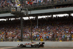 Джей-Ар Хильдебранд пересекает финишную черту Indy 500