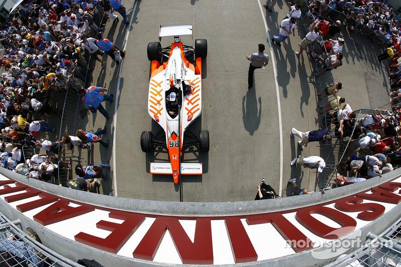 Car of Dan Wheldon, Bryan Herta Autosport with Curb/Agajanian rolls out