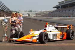 Winners photoshoot: Dan Wheldon, Bryan Herta Autosport with Curb / Agajanian and his family pose with the Borg-Warner Trophy