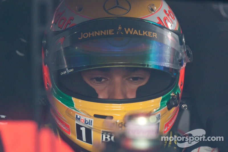 Lewis Hamilton revisa la cabina del coche de Tony Stewart