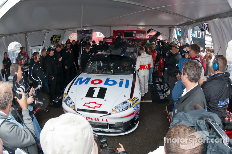 Lewis Hamilton prepares to get in Tony Stewart's car