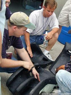 Jimmy Kite étudie la construction du baquet