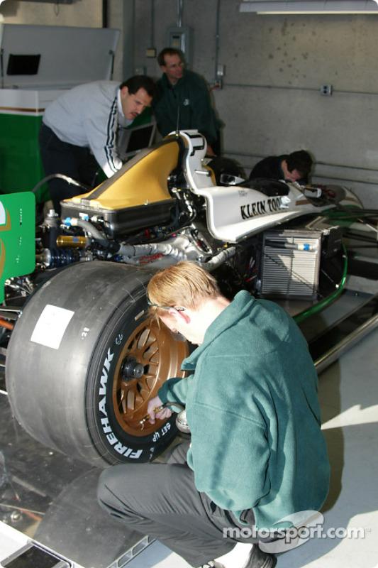 Le Team Green travaille sur la voiture